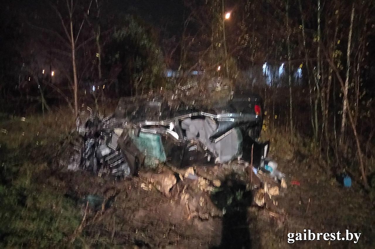 Под Брестом на трассе М1 автомобиль БМВ вылетел в кювет и перевернулся: все живы