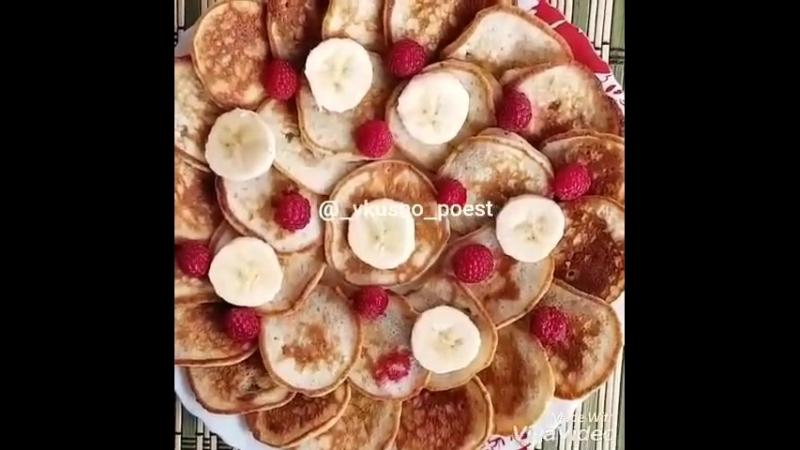 Оладьи с бананом (ингредиенты указаны в описании видео)