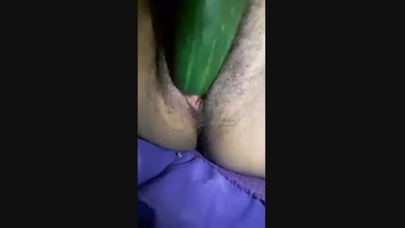 Amiga se masturba con un pepino y gime riquí