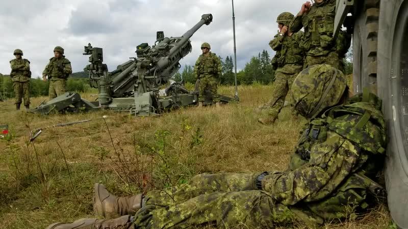 Канадские артиллеристы развлекаются