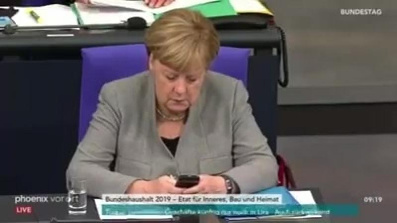 Curio grandios! Merkel spielt wieder demonstrativ am Handy! Ignoranz auf höchstem Niveau!