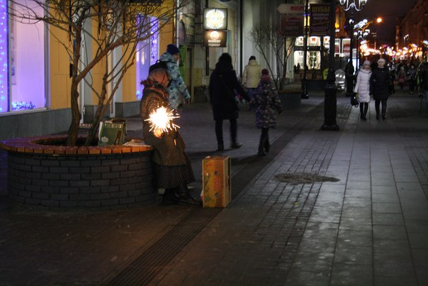 Местная сумасшедшая: жгёт бенгальские огни, кричит бред какой-то. Не побирается, ничего внятного не хочет. Просто орёт.  Городских психов я видел только в Йошкар-Оле и Нижнем Новгороде. Совершенно не понимаю, почему они ходят по улицам.  Январь 2018