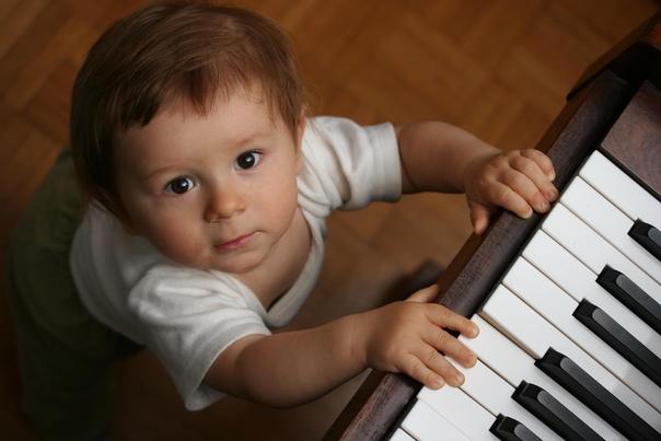 Музыка влияет на мозг чрезвычайно сильно, особенно если ей ребёнок начинает заниматься рано. Имеет смысл всех детей учить музыке не для приличия, а потому что это очень сильное воздействие на мозг.