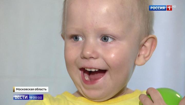 Вести.Ru: Улыбчивый и смышленый: маленький мальчик внезапно оказался без родителей