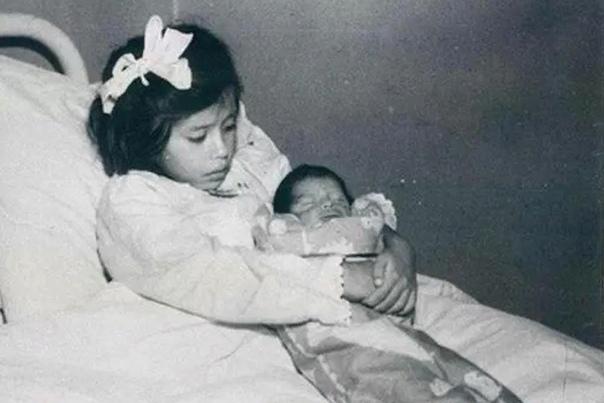 Невероятная история Лины Медины - девочки, ставшей мамой в 5 лет Уроженка села Антаканча (Перу) Лина Медина вошла в историю как самая молодая мама в мире. В 1939 году она, будучи девочкой 5 лет,