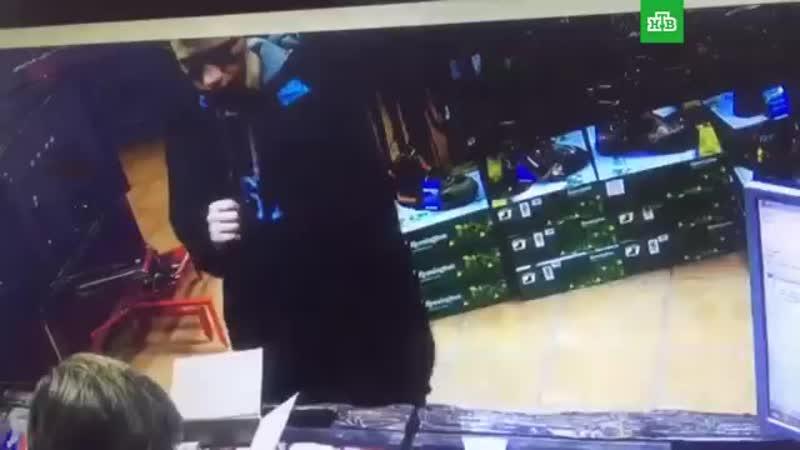 Керченский убийца покупает патроны. Видео из магазина