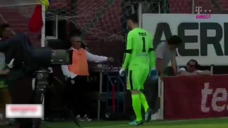Румынский вратарь проделал долгий путь до мяча
