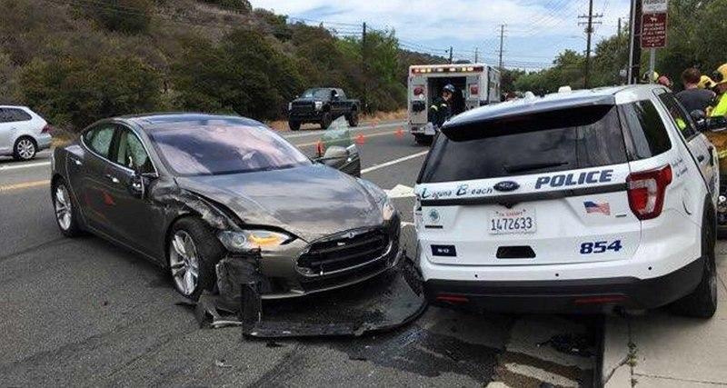 Tesla на автопилоте протаранила полицейскую машину