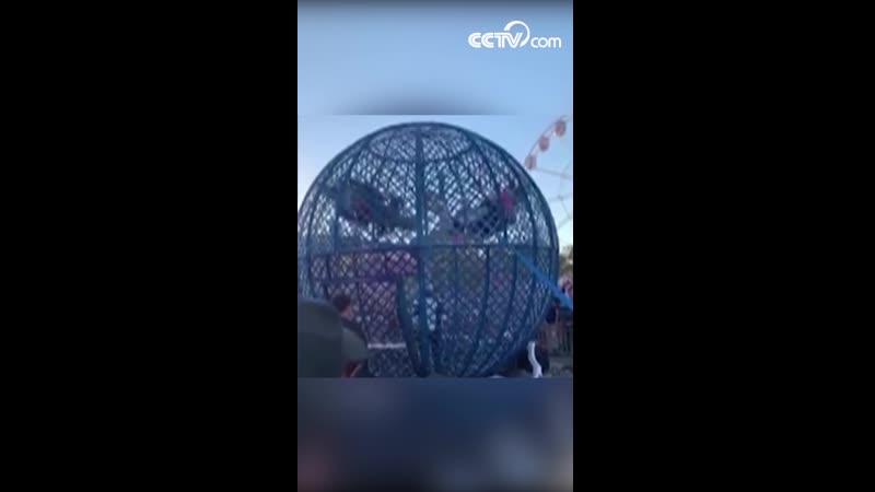 Два мотоциклиста столкнулись, исполняя в металлическом шаре-клетке опасный трюк