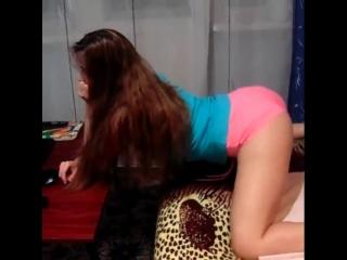 Красивая школьница крутит большой попой в  коротких шортиках танцует тверк на камеру в перископе