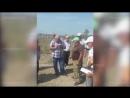 Жители Самура вручают протокол сельсовета фирме Диоген