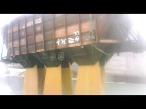 погрузка зерна с вагона на судно)