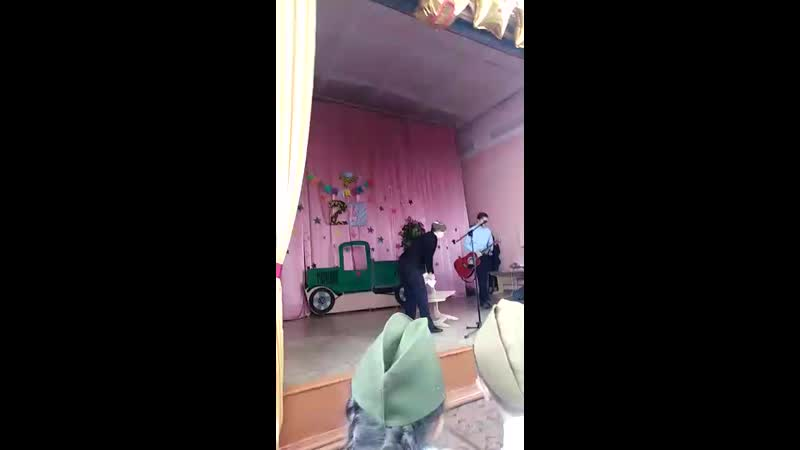 Гриша исполняет под гитару песню Газманова Офицеры 22.02.19