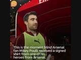 Сократис вручает подписанную майку юному болельщику Арсенала