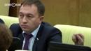 Депутат засунул палец в ухо