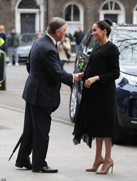 Нескучная классика: Меган Маркл в черном пальто на встрече в Лондонском городском университете Герцогиня Сассекская продолжает посещать организации, покровительство над которыми ей доверила