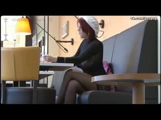 171_Хочу секса_Женщина сидит в кафе без лифчика под одеждой и светит своими сиськами сквозь прозрачную кофту_Rotated225832