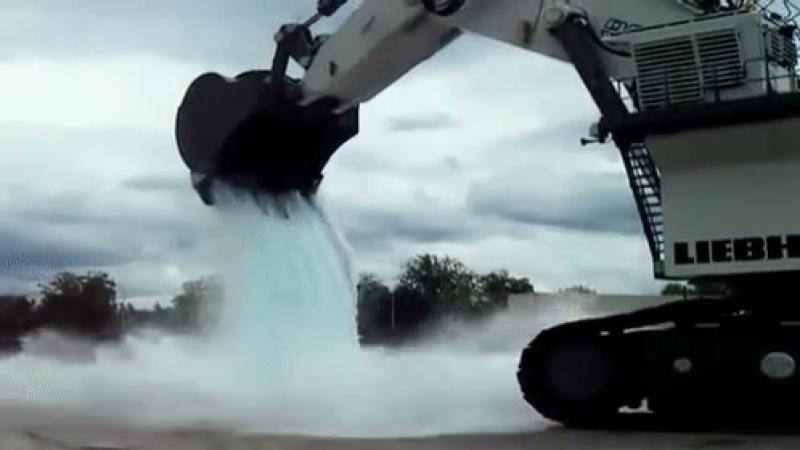Выливает тонну водички на автомобиль💧