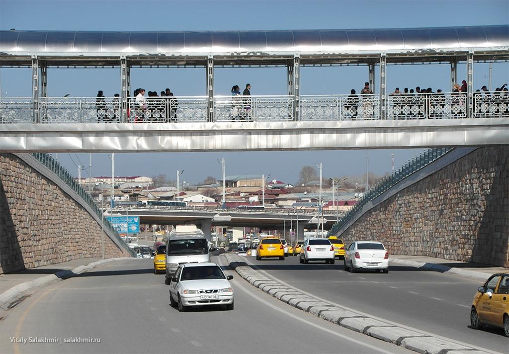 Пешеходный мост над улицей Шахи Зинда, Самарканд 2019