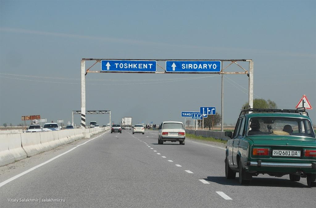 Указатели на дороге в Ташкент из Самарканда, Узбекистан 2019