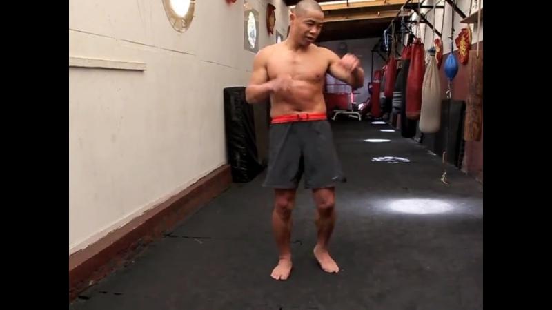 Шаолиньский монах Ян лэй показывает удар ногой