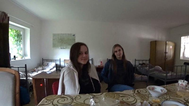 Дівчата в сльозах після першого робочого дня в Німеччині