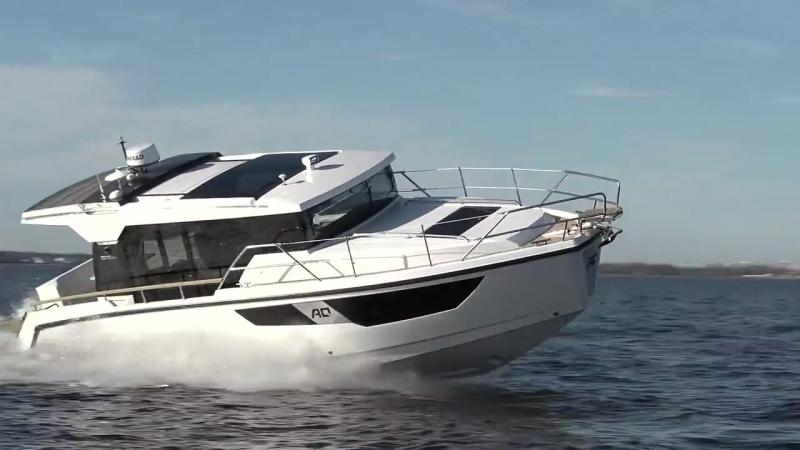 Моторная яхта Aquador 35 AQ для прогулок с семьей и друзьями.