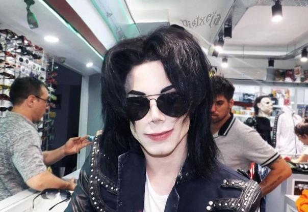 Чтобы стать двойником Майкла Джексона, парень потратил $30 000 на пластику В детстве Лео Бланко из
