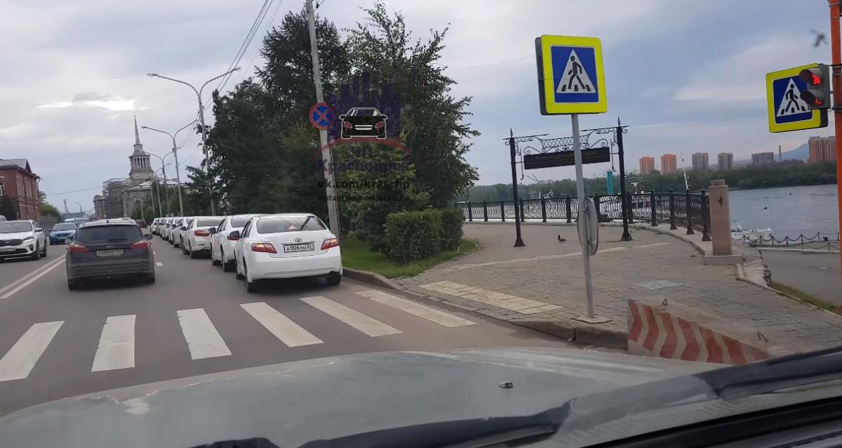Красноярские чиновники боролись с людьми, которые паркуются в центре. Пока им самим не потребовалось припарковаться у набережной.