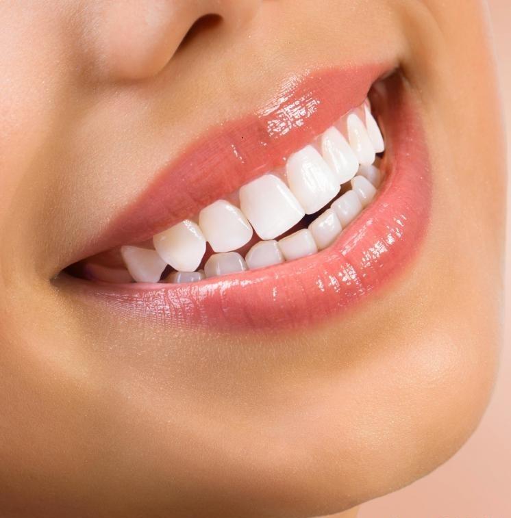 Человеческие зубы, естественно, белые, но со временем они становятся темнее и окрашены.