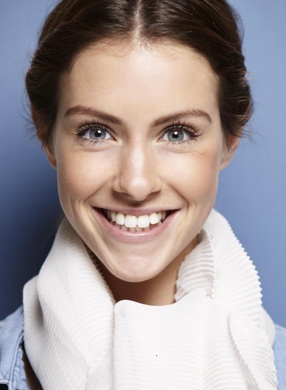 Люди используют различные методы для отбеливания зубов.