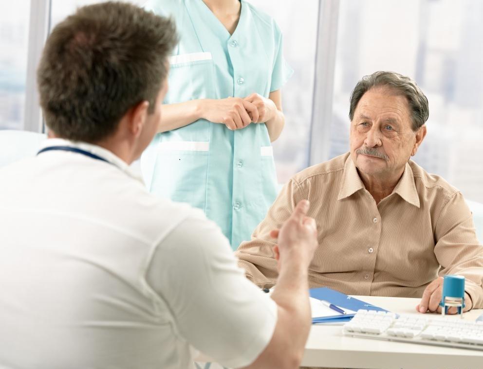 Врач марихуаны встречается с пациентами, которые заинтересованы в принятии препарата для обсуждения истории болезни пациента.