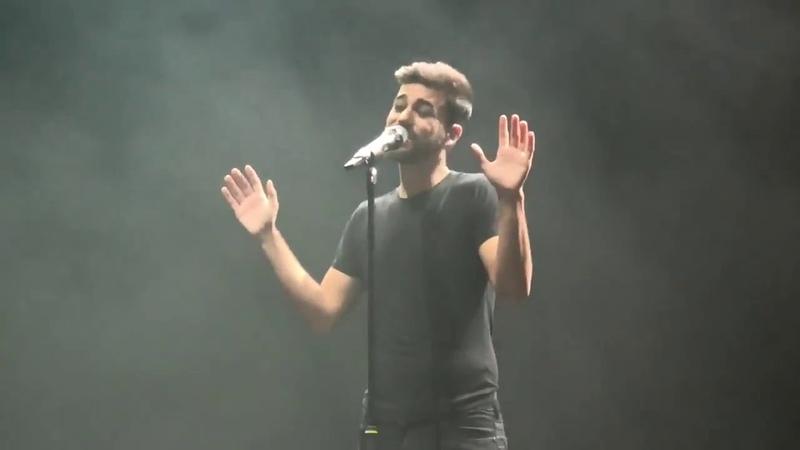 Agoney canta Libertad con imágenes solo de Raoul de fondo en su concierto de Zaragoza 14-12-18