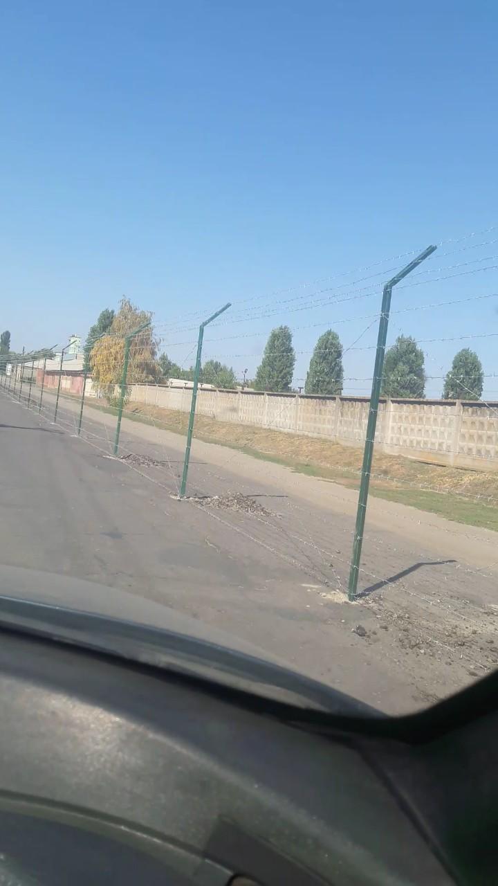 Россия, через дорогу - Украина. Теперь улица Дружбы Народов разделена колючей