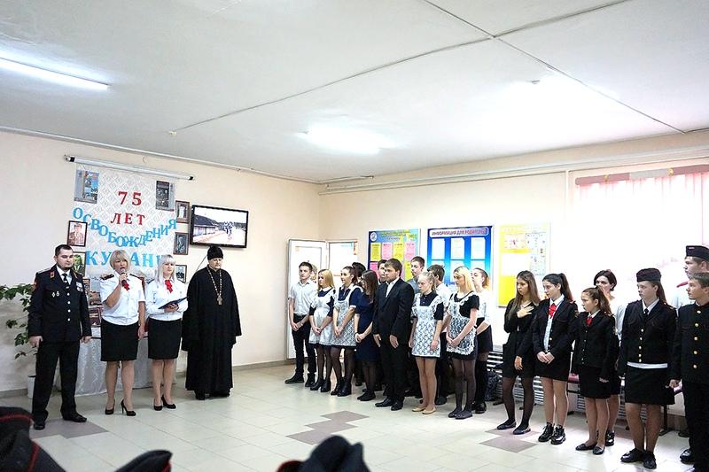 Протоиерей Василий Гаврильчик посетил праздничную линейку  в школе № 7 поселка Степного