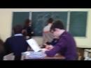 одноклассник спорил с училкой по физикечитай описание