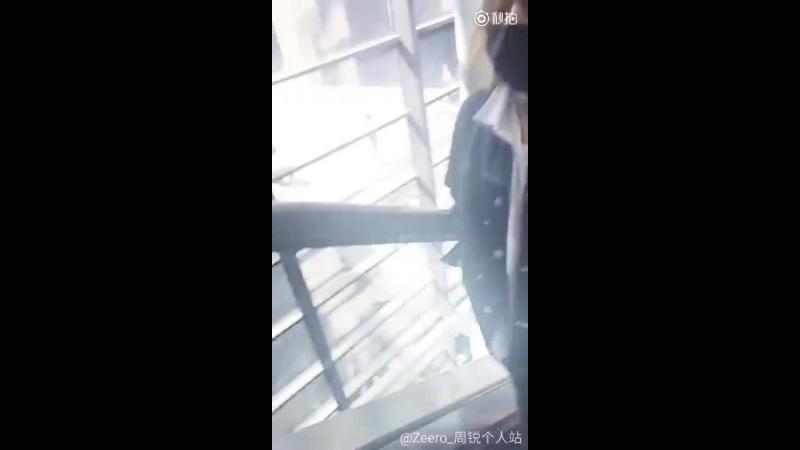 [180419] Чжоу в аэропорту Пекина