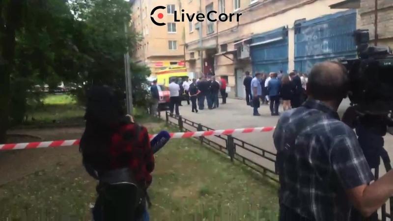 Мужчина выстрелил в следователя и забаррикадировался в квартире в Петербурге