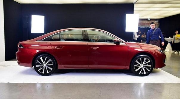 Peugeot 508 снова стал седаном и лишился безрамочных дверей. Компания Пежо рассекретила «растянутую» версию флагманской модели нового поколения. На рынок удлиненный вариант выйдет в следующем