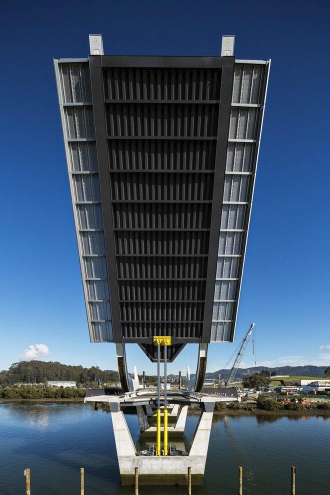 Необычная конструкция разводного моста в Новой Зеландии.