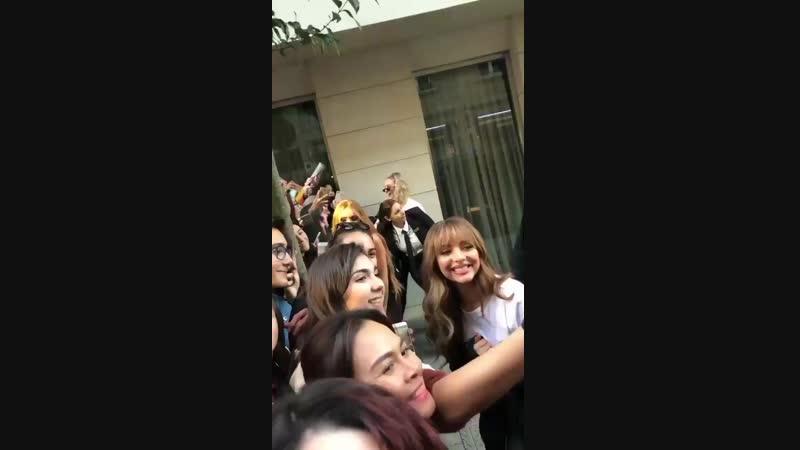 Jade, Jesy y Perrie hoy conociendo a fans a la salida del hotel en Bilbao, España, vía @aureumest. Nov 3, 2018