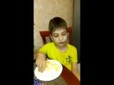Илюша ест порезанные на кусочки яблоко, а мечтает съесть целое!