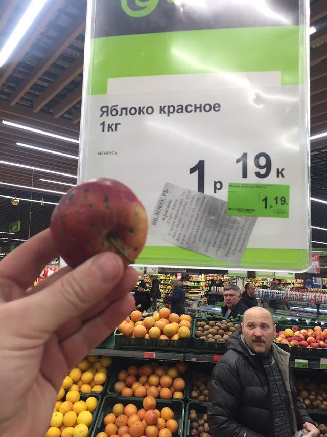 Покупатели сравнили польские и белорусские яблоки в магазине... Выбор очевиден, но не патриотичен