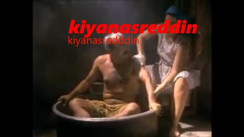 Türk filminde Füsun Demirelin frikik vererek Şener Şeni yıkaması - erotik bath scene in turk movie