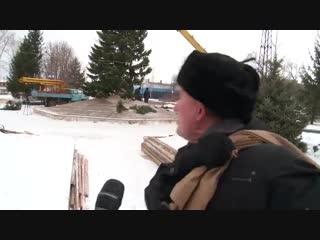 У жителя Бийска спросили: нравится ли ему ёлка, которую местные власти нарядили в преддверии Нового года