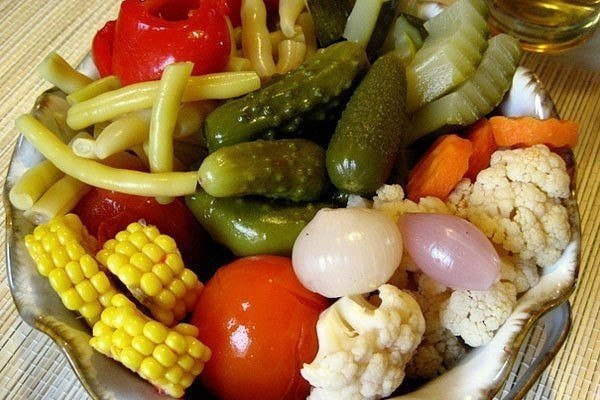 ОВОЩНОЕ АССОРТИ, МАРИНОВАННОЕ В УКСУСЕ С ПРЯНОСТЯМИ Такая аппетитная закуска зимой под картошечку я думаю будет как раз самое то!Можно использовать самые различные овощи, лучше всего мелких