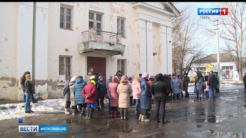 В посёлке Васильевский Мох Тверской области на улицах грязь и мусор