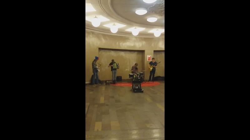 Группа Дремучий случай порадовала на станции метро Комсомольская исполнением песни группы Nirvana