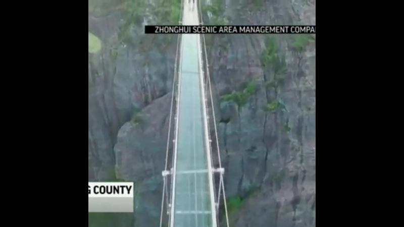 В Китае открыли самый длинный и самый высокий стеклянный мост с эффектом трескающегося стекла.