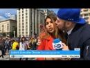Болельщик поцеловал корреспондента во время прямого эфира из Москвы